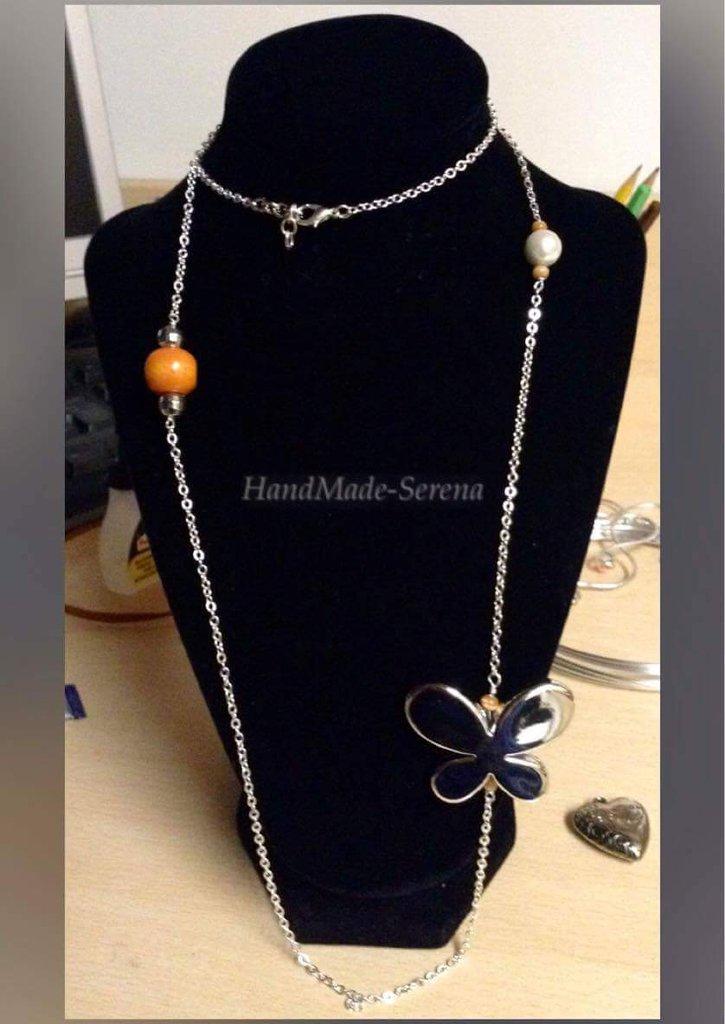 collana lunga con perle e farfalla