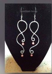 orecchini in alluminio battuto a mano e perline
