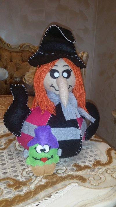 Teiera in feltro a strega di halloween