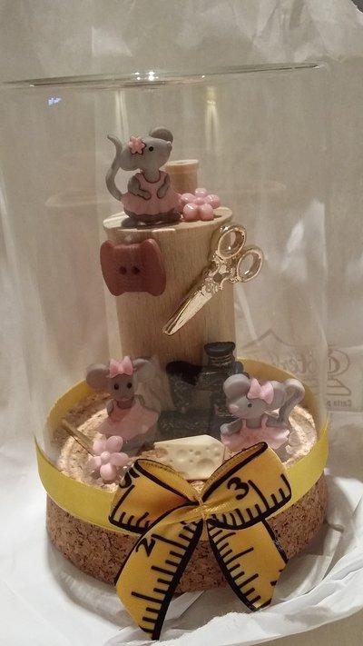 Creazioni fatte a mano con bottoni decorativi, nastrini, ed altri oggetti