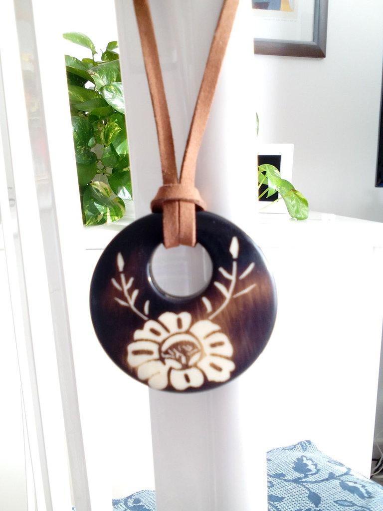 Collana con ciondolo etnico in legno con inciso un fiore e laccio in alcantara color cuoio