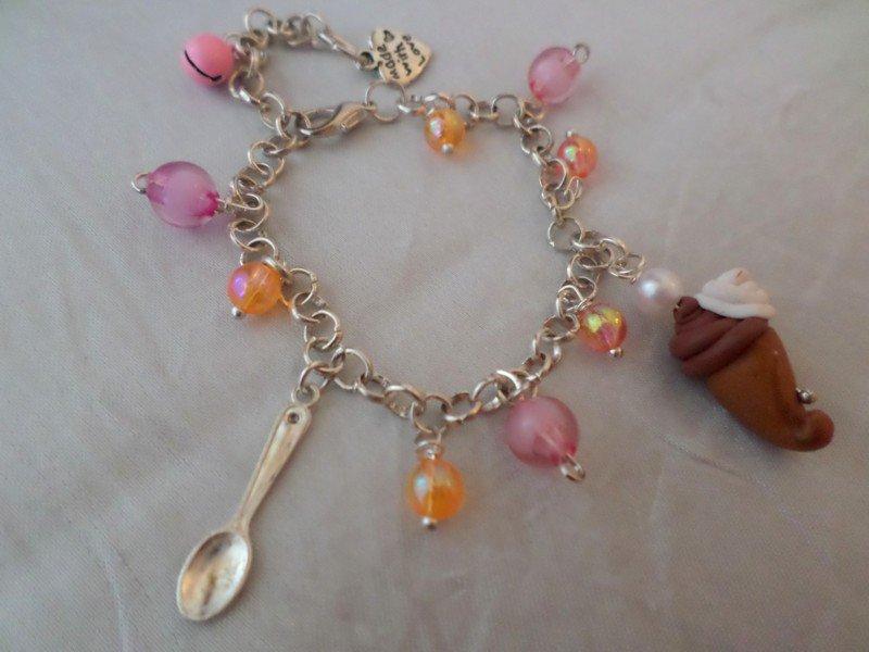 Braccialetto Cono Gelato cioccolato e panna e Cucchiano con campanellino rosa e perline