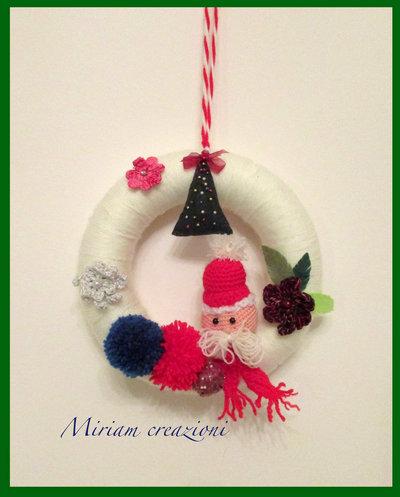 Ghirlanda natalizia di lana con pon pon e Babbo Natale