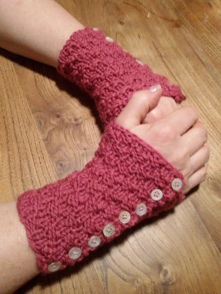 Scaldapolsi in lana decorato con bottoncini madreperla