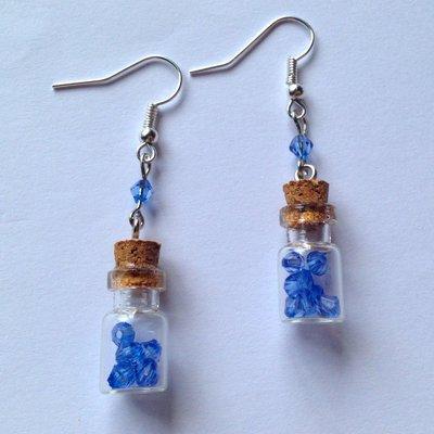 Orecchini pendenti con boccette di vetro con cristalli azzurri, fatti a mano