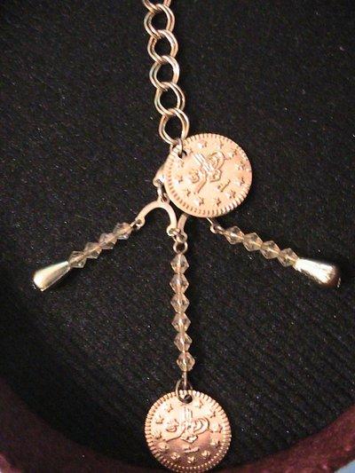 Ciondolo in metallo dorato con perline e monete