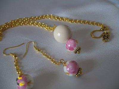 Collana e orecchini con perle in ceramica