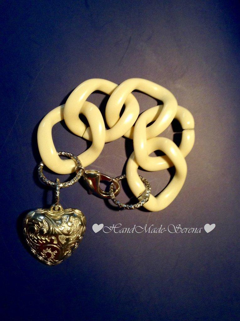Braccialetto con catena in resina e pendente cuore