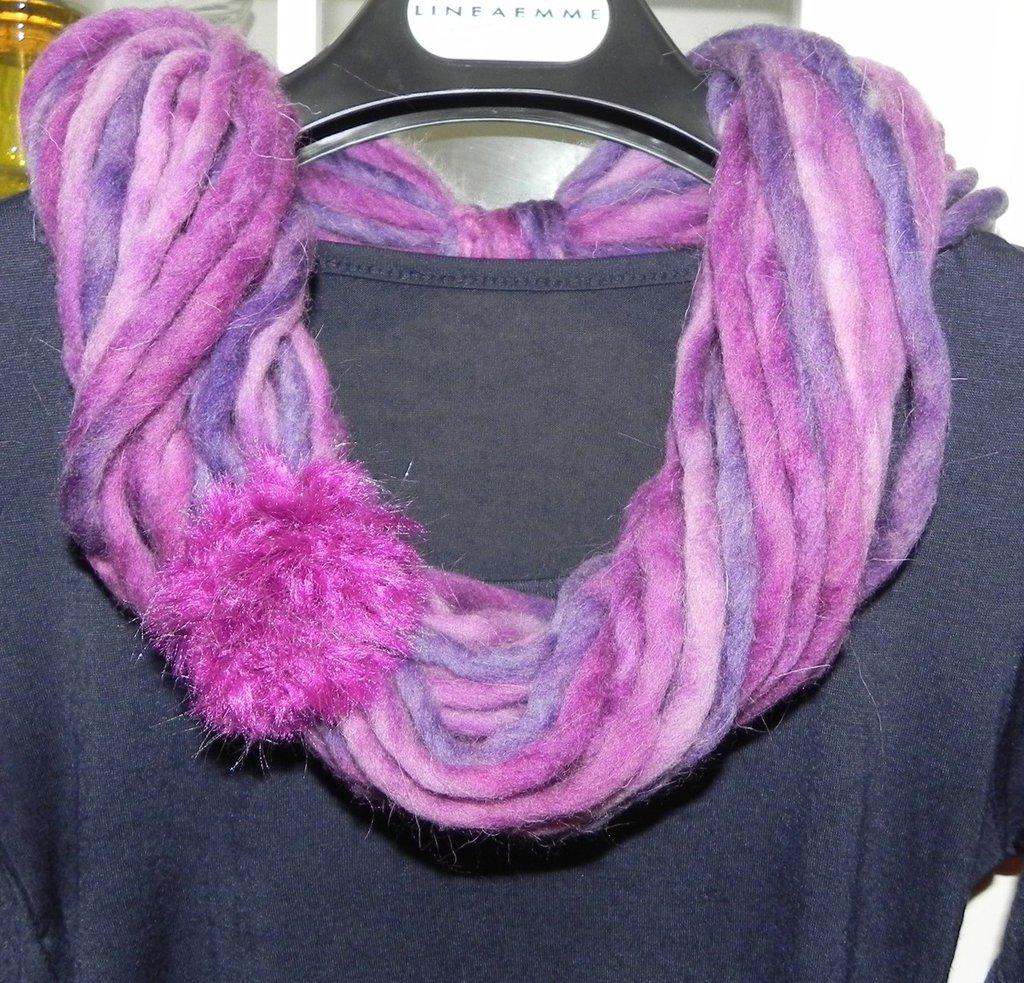 Sciarpa collana handmade toni del viola