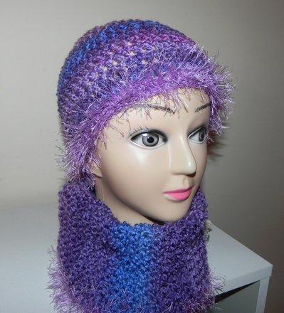 Scaldacollo e cappellino con piuma toni multicolore