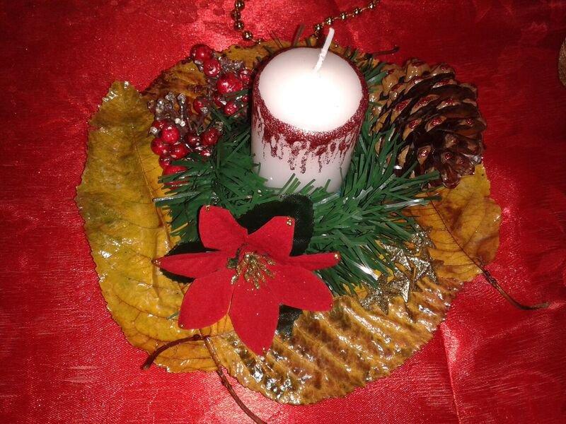 Centrotavola in legno con candela e decorazioni natalizie