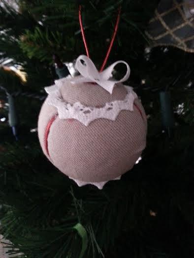 pallina natalizia artigianale in stoffa