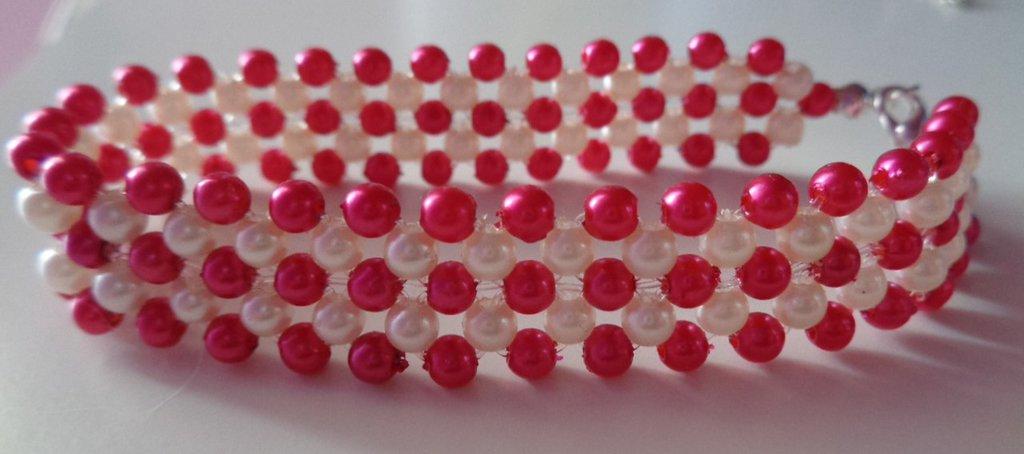 Braccialetto elastico con perline fucsia e panna