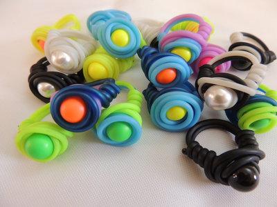 Anello twister vari colori con perla Swaovski da 10 mm