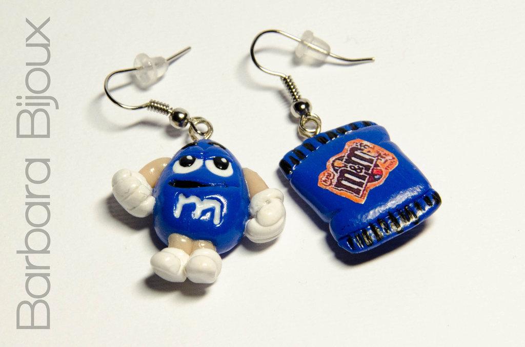 Orecchini a forma di pacchetto di M&M's con personaggio blu, realizzati interamente a mano in pasta polimerica (fimo)