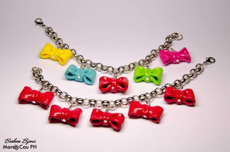 Bracciale con fiocchi di colore rosso realizzati a mano in pasta polimerica  ( fimo ). Rimasto solo il modello rosso!