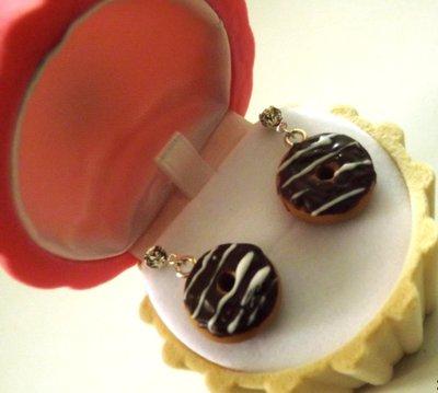 Orecchini con perno e strass con ciambella in fimo  con glassa al cioccolato idea regalo per lei