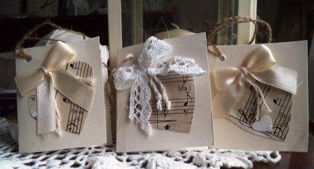 Cuore in musica per gli auguri, bigliettini fuori pacco di cartoncino, merletti e raso