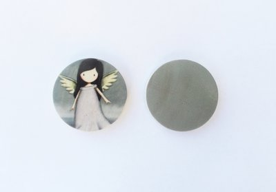 Medaglione ciondolo raffigurante bambolina Gorjuss in legno 35 mm 1pz