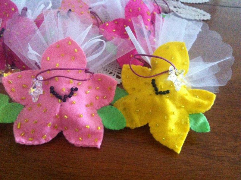 Sacchetti per confetti in pannolenci e perline interamente fatti a mano