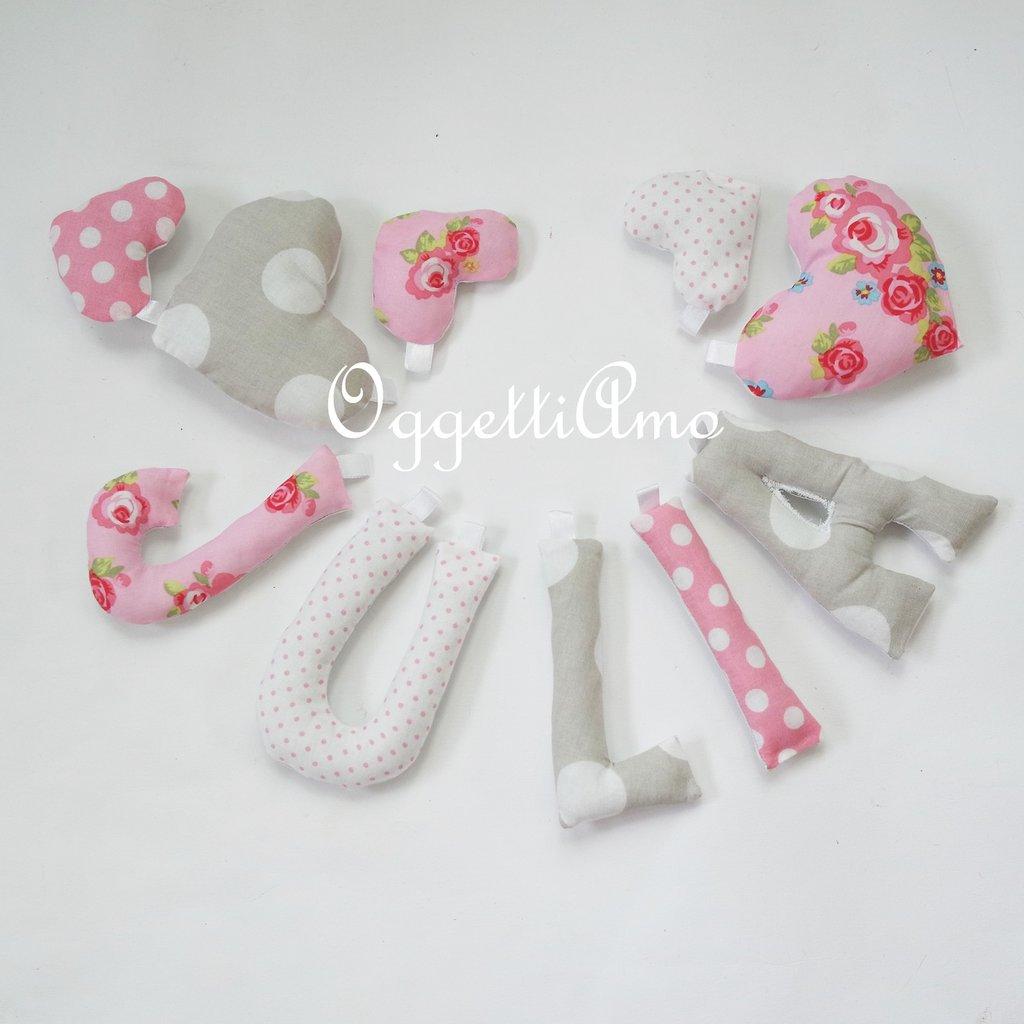 Julia: una ghirlanda di lettere rosa e grigia a pois e fiori per la sua cameretta