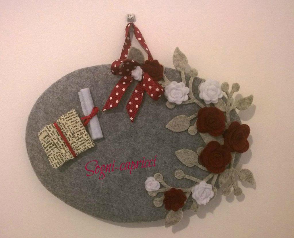 Dietroporta targa laurea con rose,fiocco , pergamena e libro in tessuto