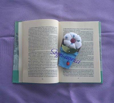 Segnalibro bomboniera con pianta,  fiore in tessuto e nastrino