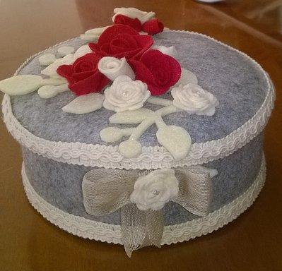 Scatola idea regalo portatutto in pannolenci  con rose, rami e fiocco
