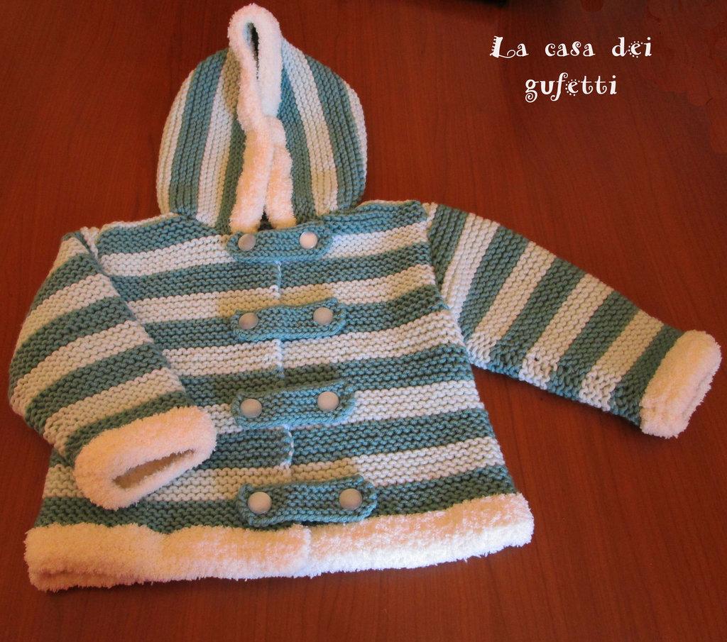 Giacca a righe verdi chiare e scure con cappuccio bordato in lana bouclé bianca per bimba