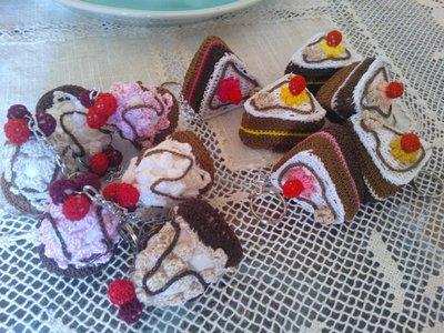 Portachiavi a bignè o fettina di torta ad uncinetto.