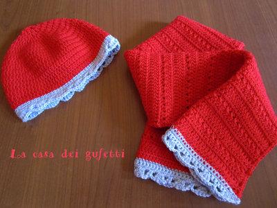 Completo cappellino e sciarpa realizzato all'uncinetto in lana rossa con bordino grigio per bambina