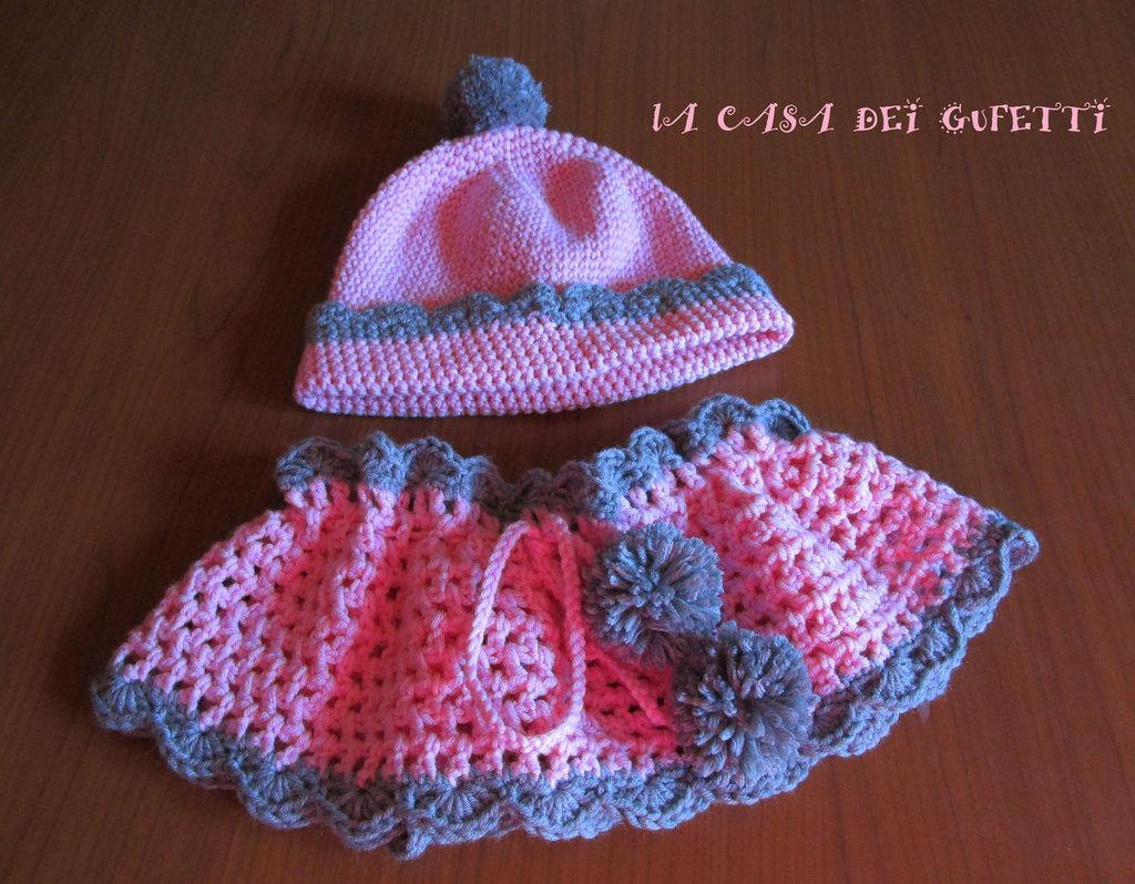 Completo composto da cappellino e scaldacollo realizzato all'uncinetto in lana rosa e grigio per bimba