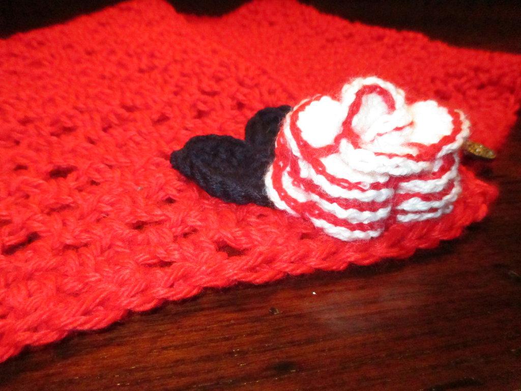 Scaldacollo in lana rosso con fiore a uncinetto