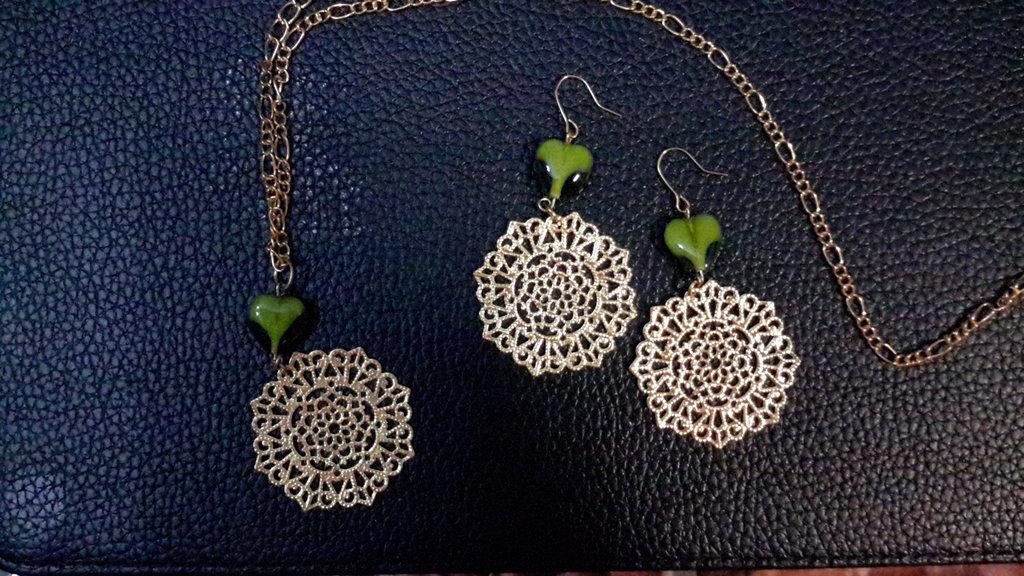 Parure collana e orecchini con cuore vetro verde e pendenti in filigrana dorata