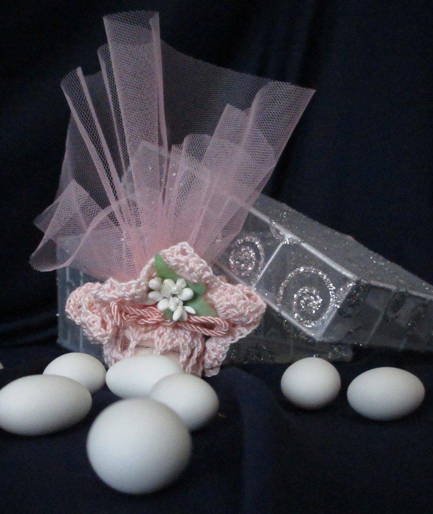 Romantica bomboniera in pizzo rosa a uncinetto con fiore