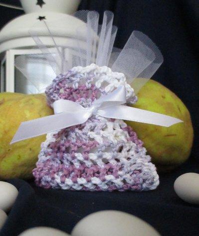 Bomboniera sacchetto a uncinetto viola e bianca