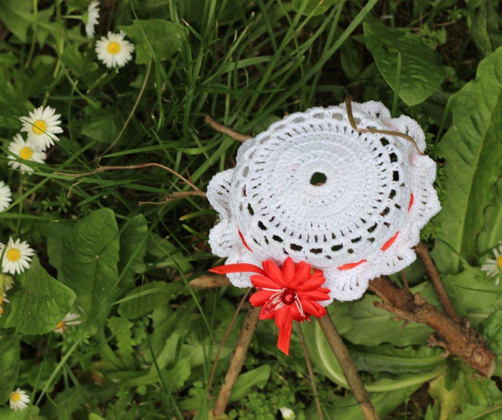 Bomboniera cappellino bianco a uncinetto con fiore rosso