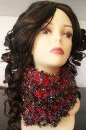 Eccentrica sciarpa rossa con volants e paillettes