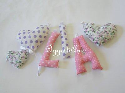 LIA: Una ghirlanda di lettere imbottite rosa i lilla per decorare la sua cameretta.