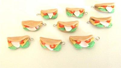 Dalla serie STREET FOOD - un ciondolo fimo  PIADINA con  mozzarella e pomodorini e insalata per orecchini e braccialetti