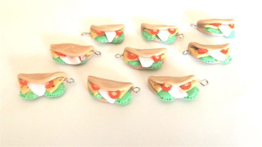 Dalla serie STREET FOOD - un ciondolo fimo  PIADINA con  prosciutto  e pomodorini e insalata per orecchini e braccialetti