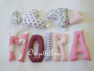 MOIRA: una ghirlanda di lettere di stoffa rosa e viola per decorare la sua cameretta