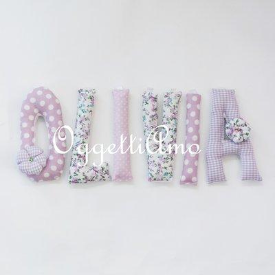 OLIVIA: una ghirlanda di lettere imbottite lilla e glicine per decorare la sua cameretta