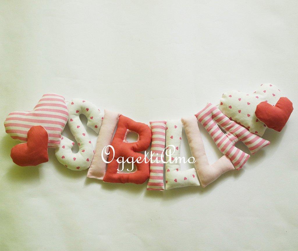 SIBILLA: una ghirlanda di lettere di stoffa imbottite sui toni del rosa per decorare la sua cameretta!