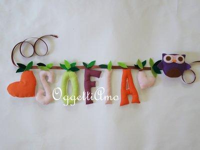 SOFIA: una ghirlanda di lettere in stoffa colorate come appoggio per due gufetti!