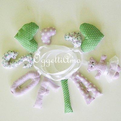 SOFIA: una ghirlanda lilla e verde con decorazioni a cuore ed un grazioso orsetto per decorare la sua cameretta!