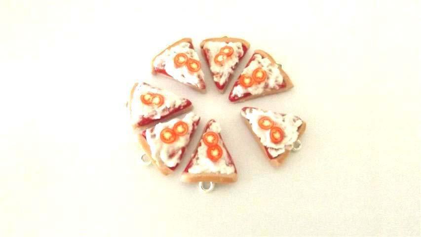 Dalla serie STREET FOOD - un ciondolo fimo  FETTA DI PIZZA con pomodorini   per orecchini e braccialetti