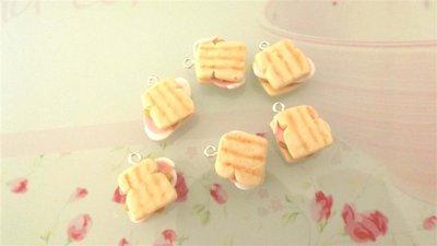 Dalla serie STREET FOOD - un ciondolo fimo TOAST FARCITO con prosciutto e formaggio - realistico   per orecchini e braccialetti