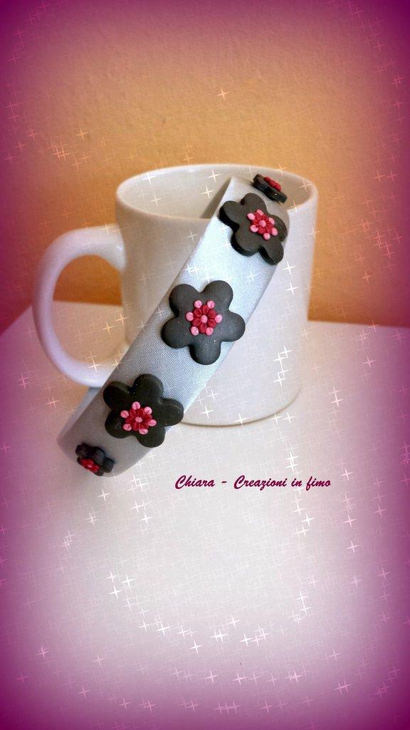 Cerchietto con fiori decorativi in fimo fatti a mano