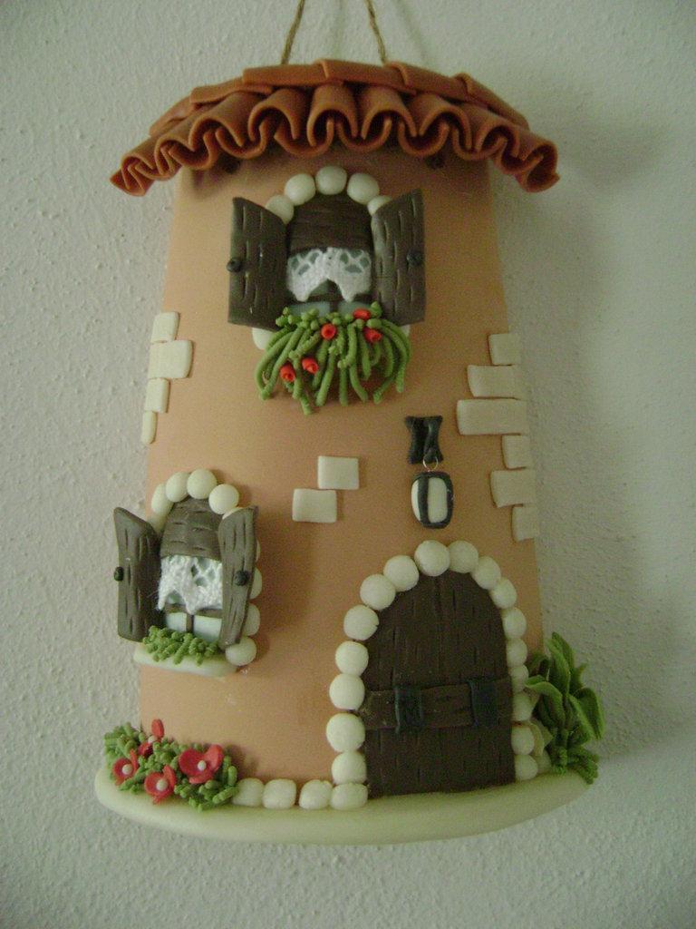 Casa su tegola con particolari in pasta di mais per la for Oggetti particolari